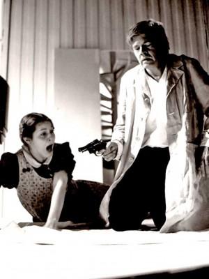 """Barbara Frey als Tochter Bertha mit Karl-Heinz Böhm als Vater in """"Der Vater"""" von August Strindberg; 1977/78 Basler Theater, Regie: Horst Zankl, Foto: © Stadttheater Basel"""